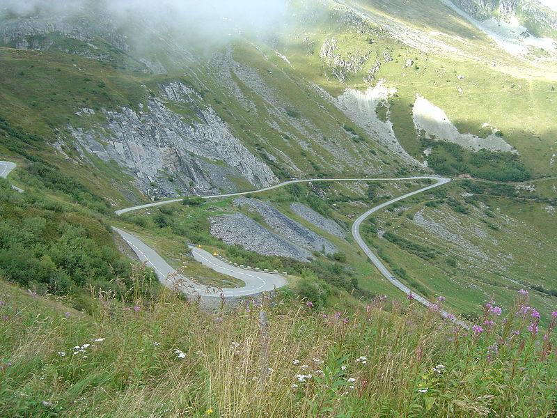 Photo des lacets du col de la Madeleine sur le versant nord